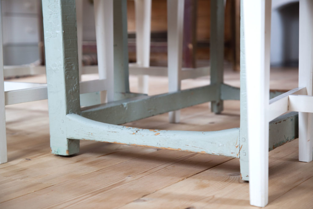 Stag under bordet