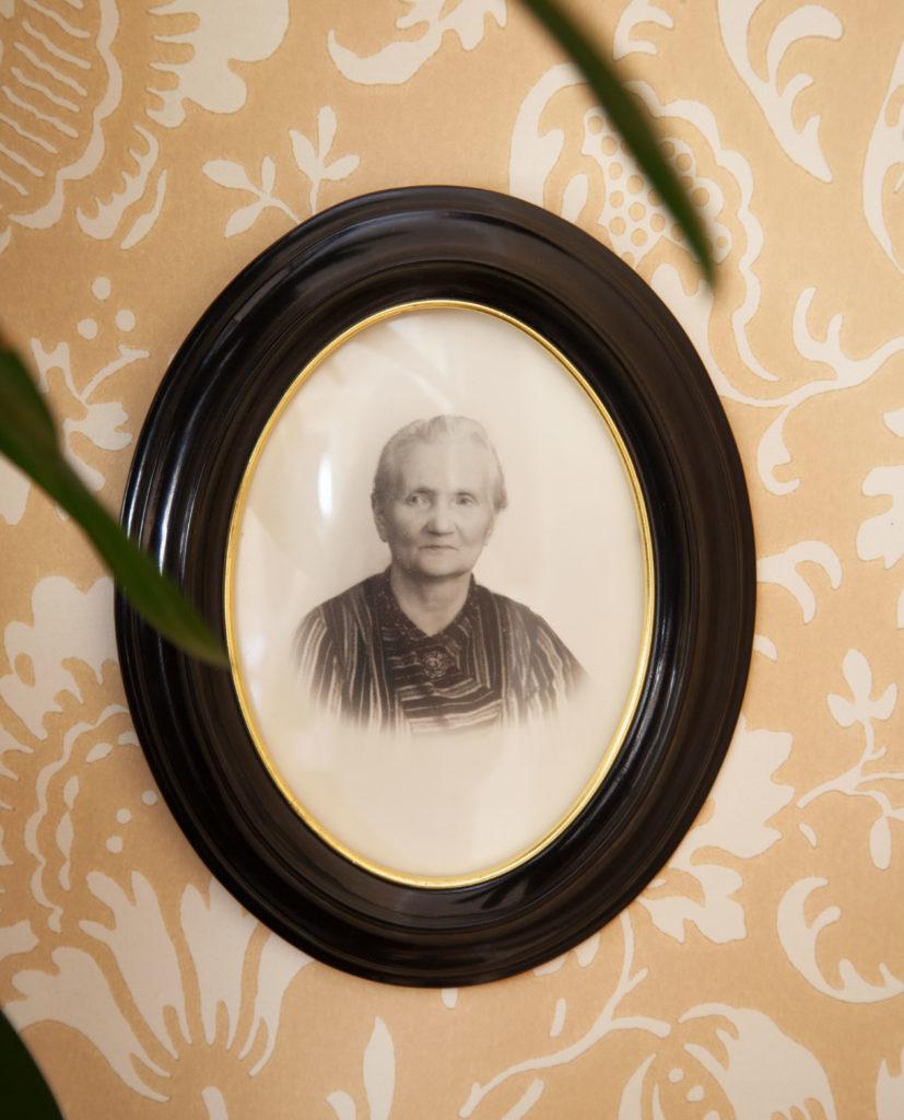 Porträtt morfars mor i salen