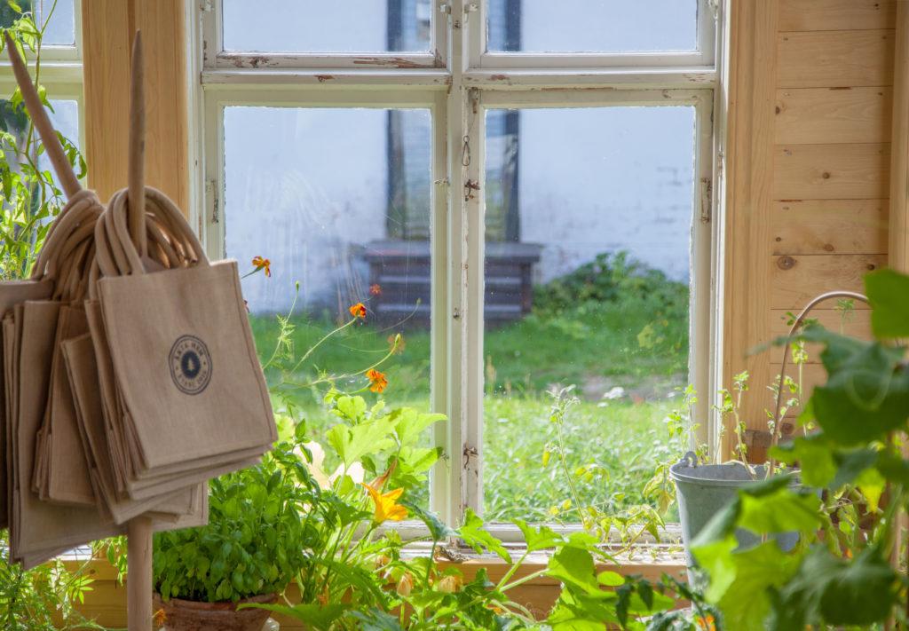 Jutekassar vid fönstret