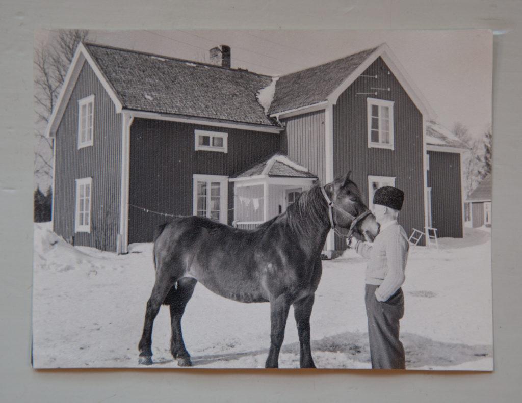 Morfar med hästen framför huset